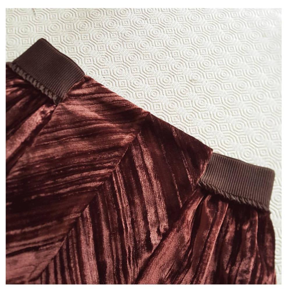 Velvet midi skirt Waist detail