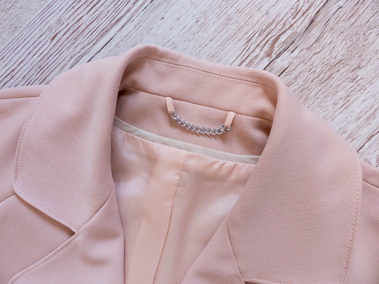 Trench coat collar detail