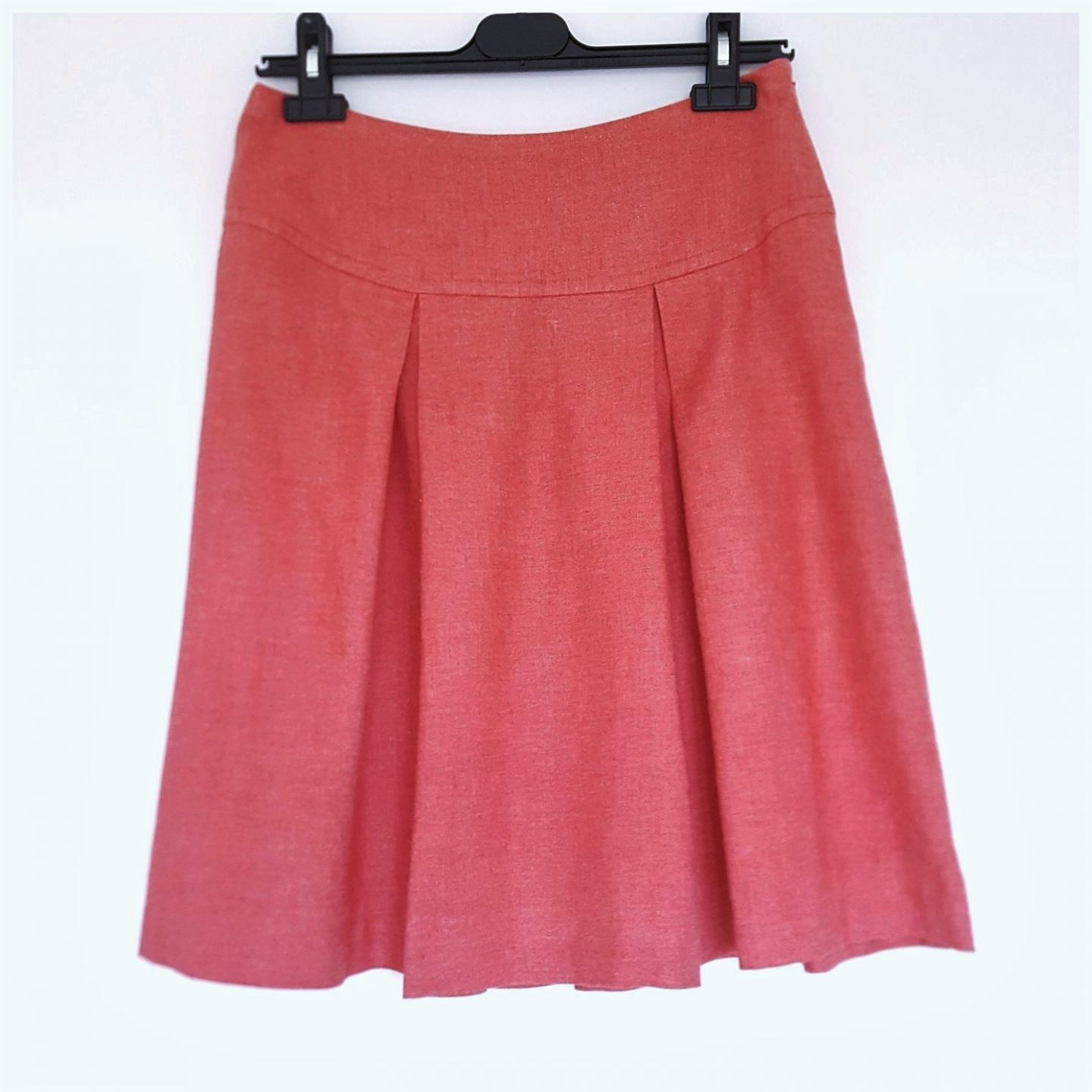 Coral skirt with pleats